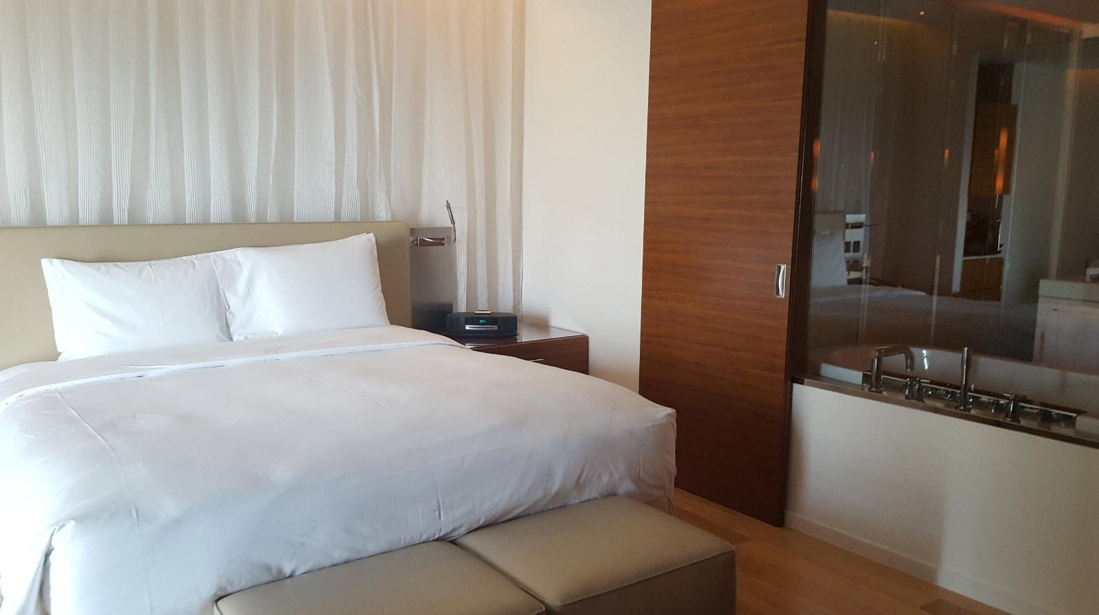 Chambre avec vitre salle de bains