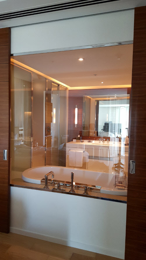Vitre entre la baignoire et la chambre