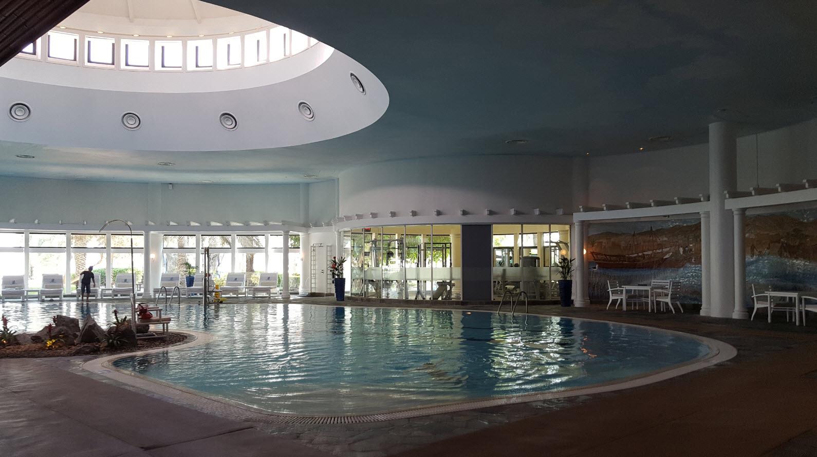 Grande piscine interieure