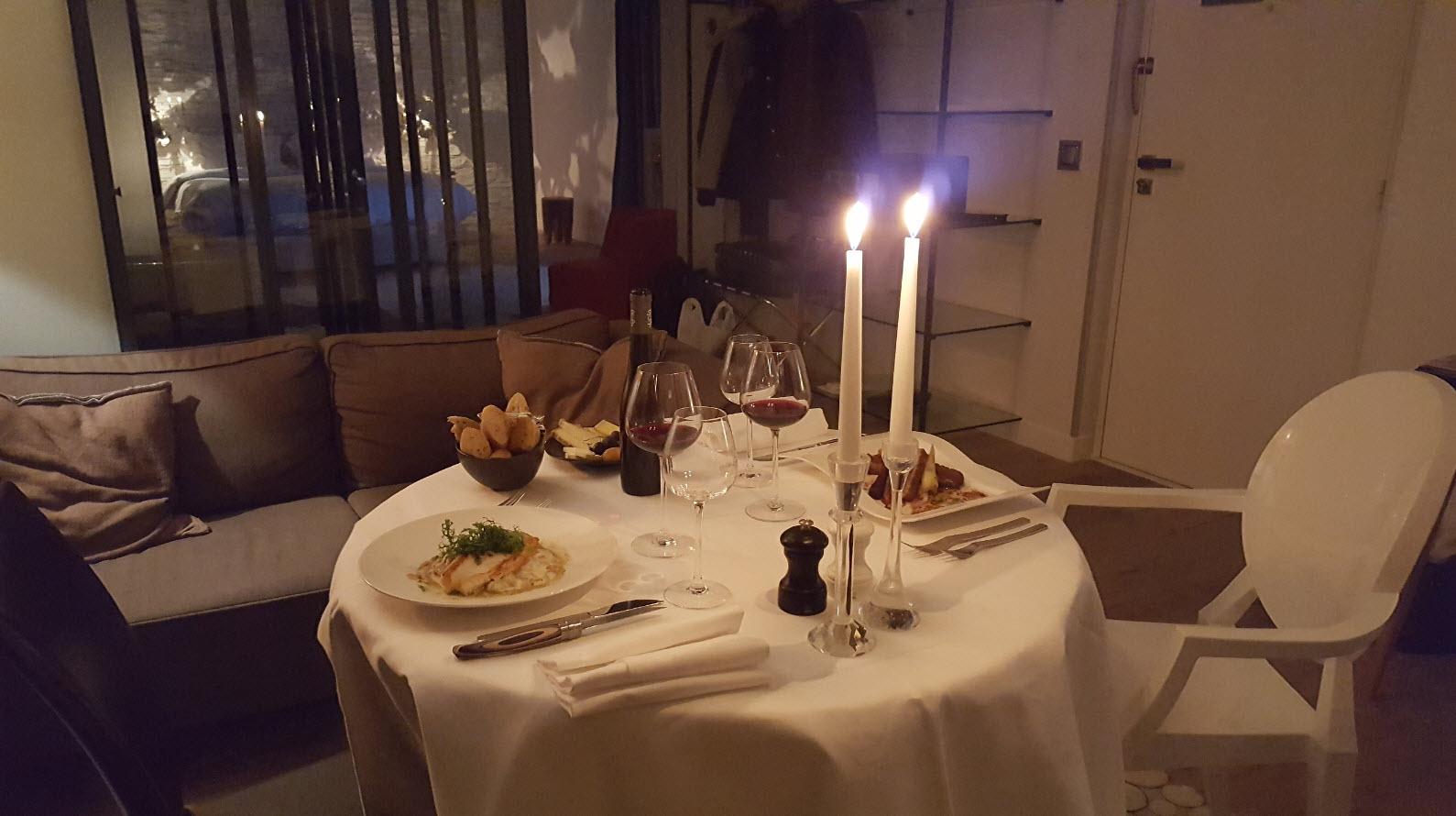 Diner en tete a tete devant la cheminee et aux chandelles