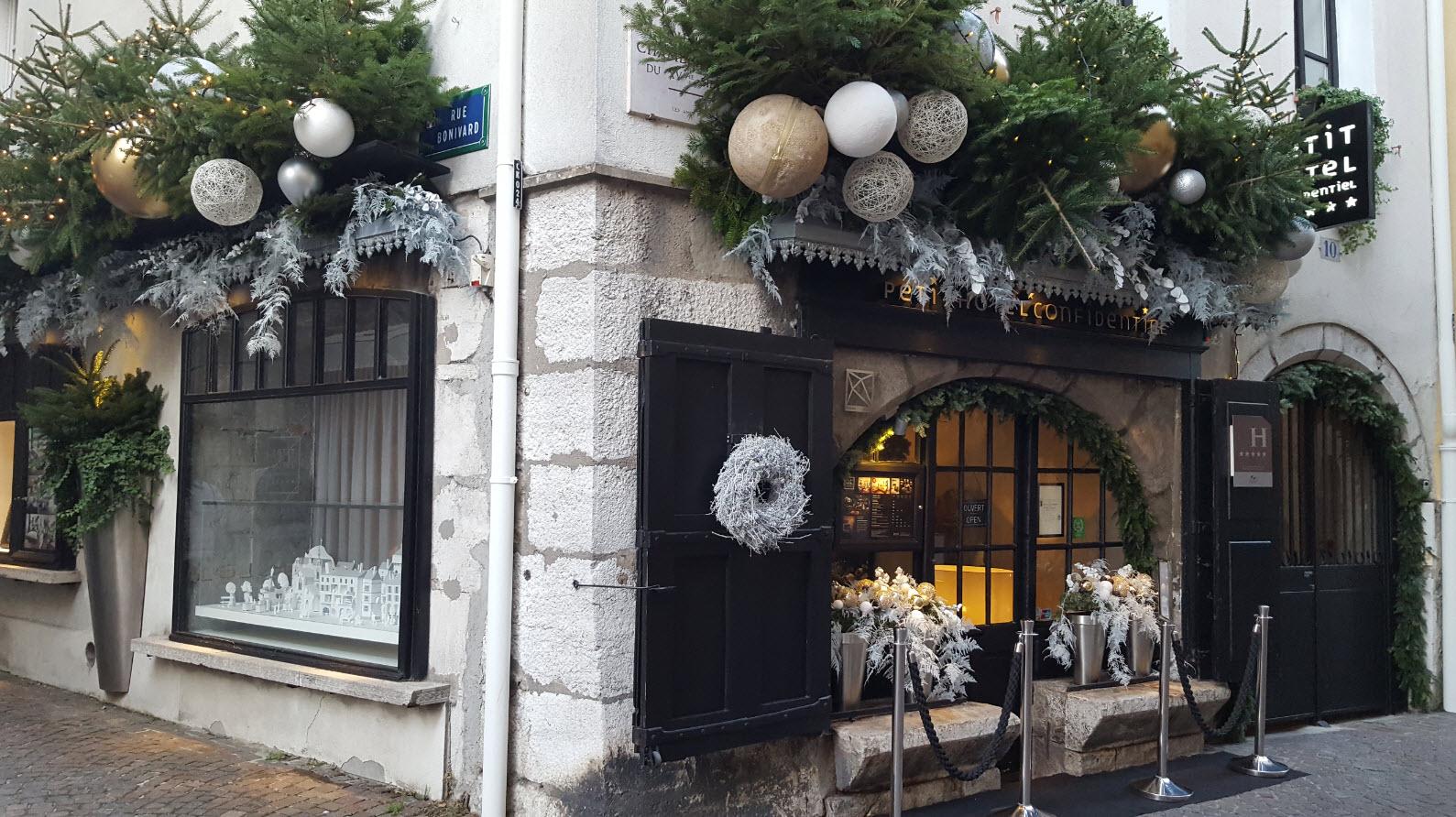 Decorations de Noel sur la facade