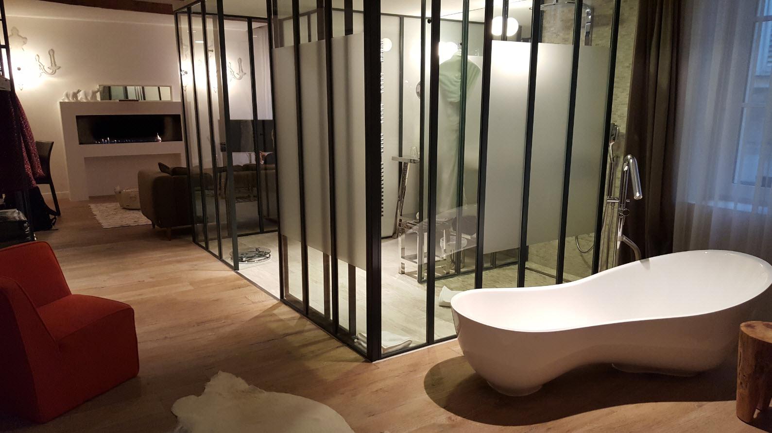Salle de bains au milieu de la chambre