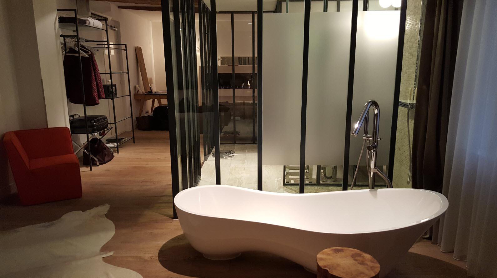 Baignoire avec salle de bains eclairee