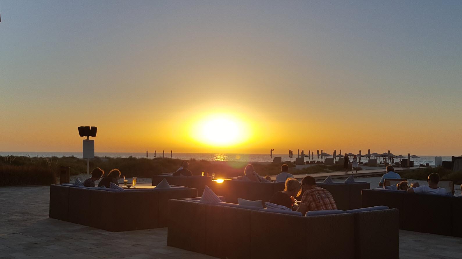 Terrasse lounge face au coucher du soleil