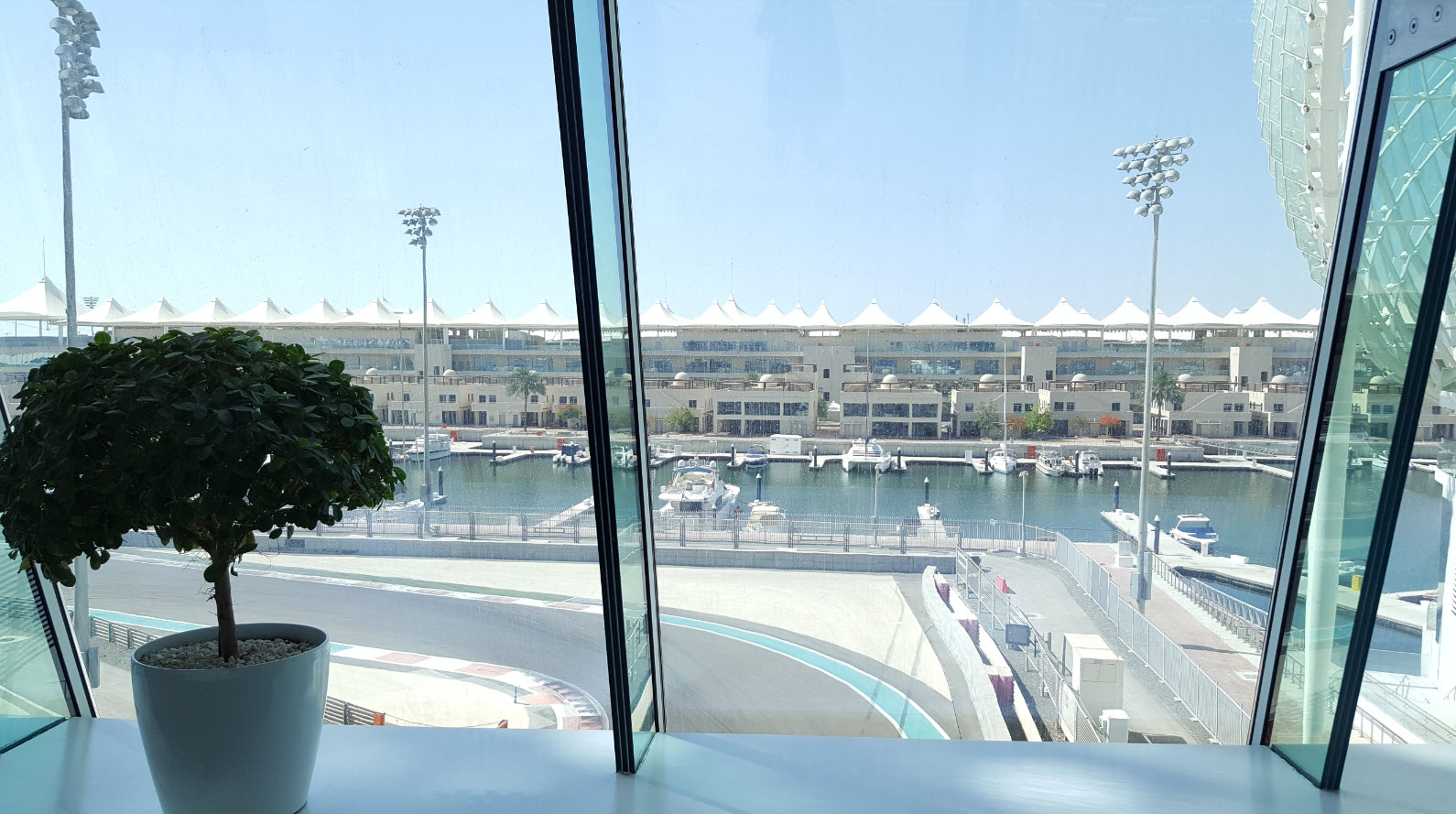 Vue sur le circuit de F1 et la marina