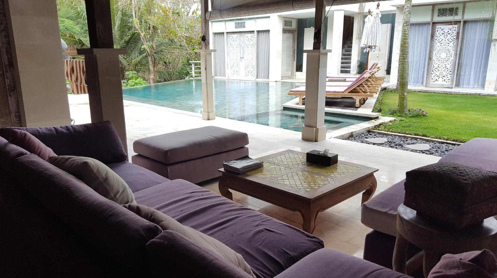 Salon ouvert sur piscine