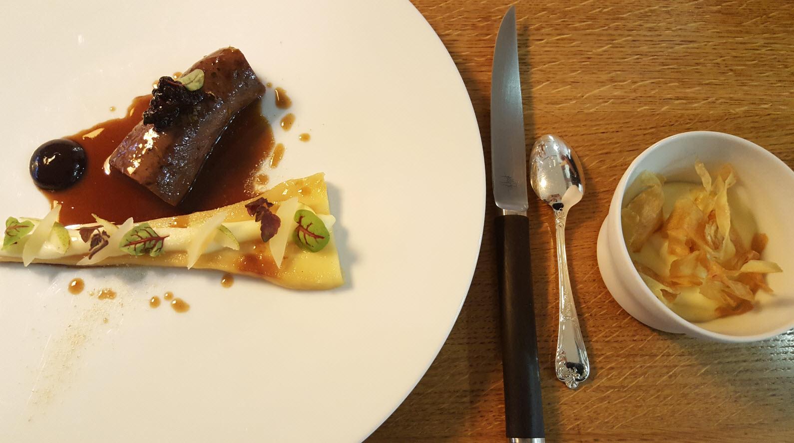 Dos de chevreuil de chasse d'Autriche, baies rouges, poire et panais de pays