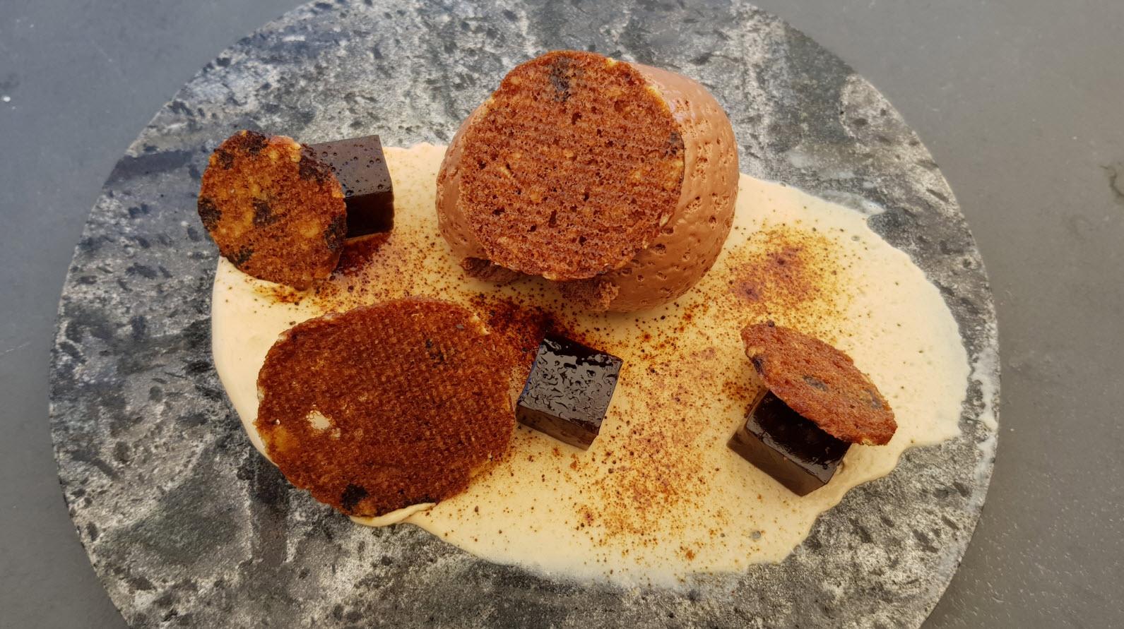 Mousse au chocolat, glace à l'ail noir, gelée de réglisse