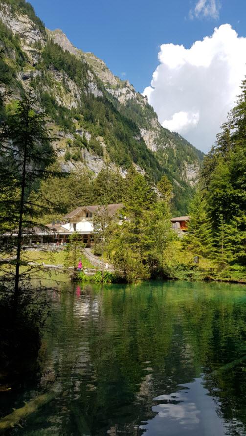Lac turquoise magnifique en Suisse pour balade