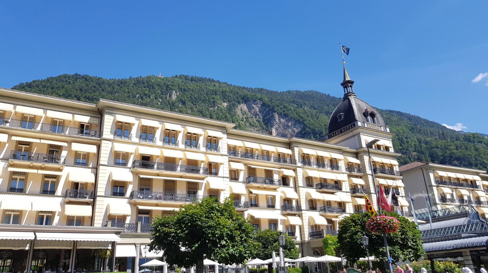 Ville entre lacs et montagnes en Suisse