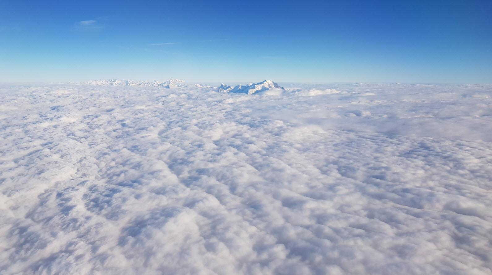 Le Mont Blanc au-dessus des nuages