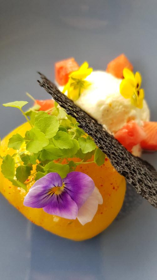 Tomates de couleurs, chèvre frais, pastèques et tuiles croustillantes