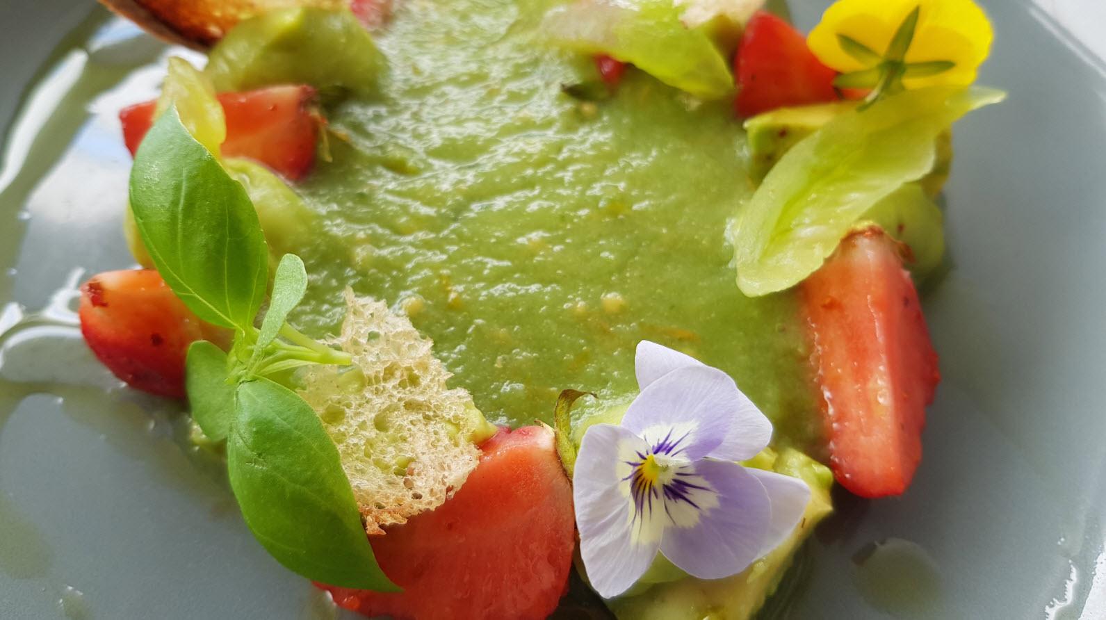 Gaspacho vert, avocats, fraises de pays et basilic