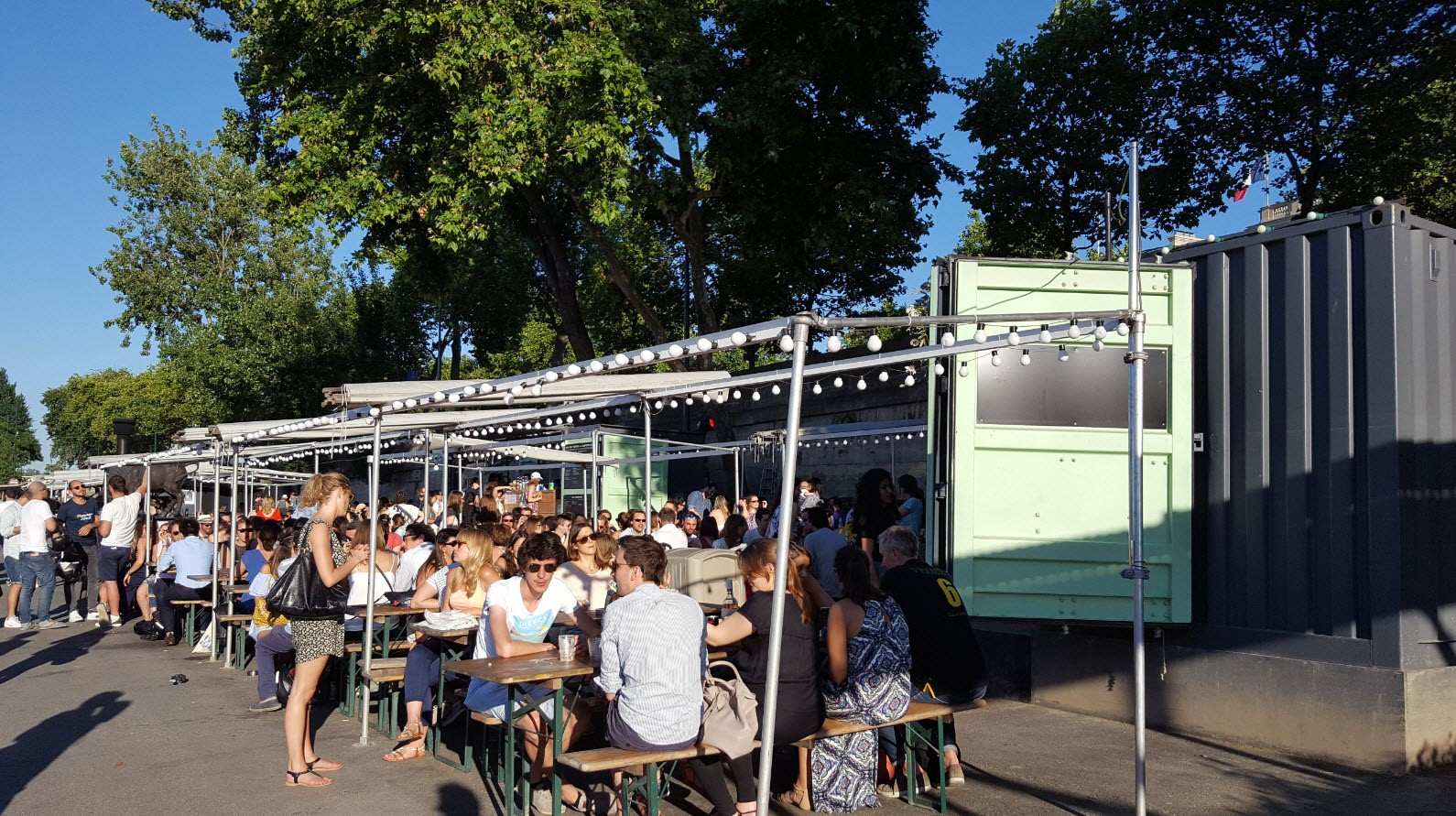 Mi-guinguette mi-food truck a Paris