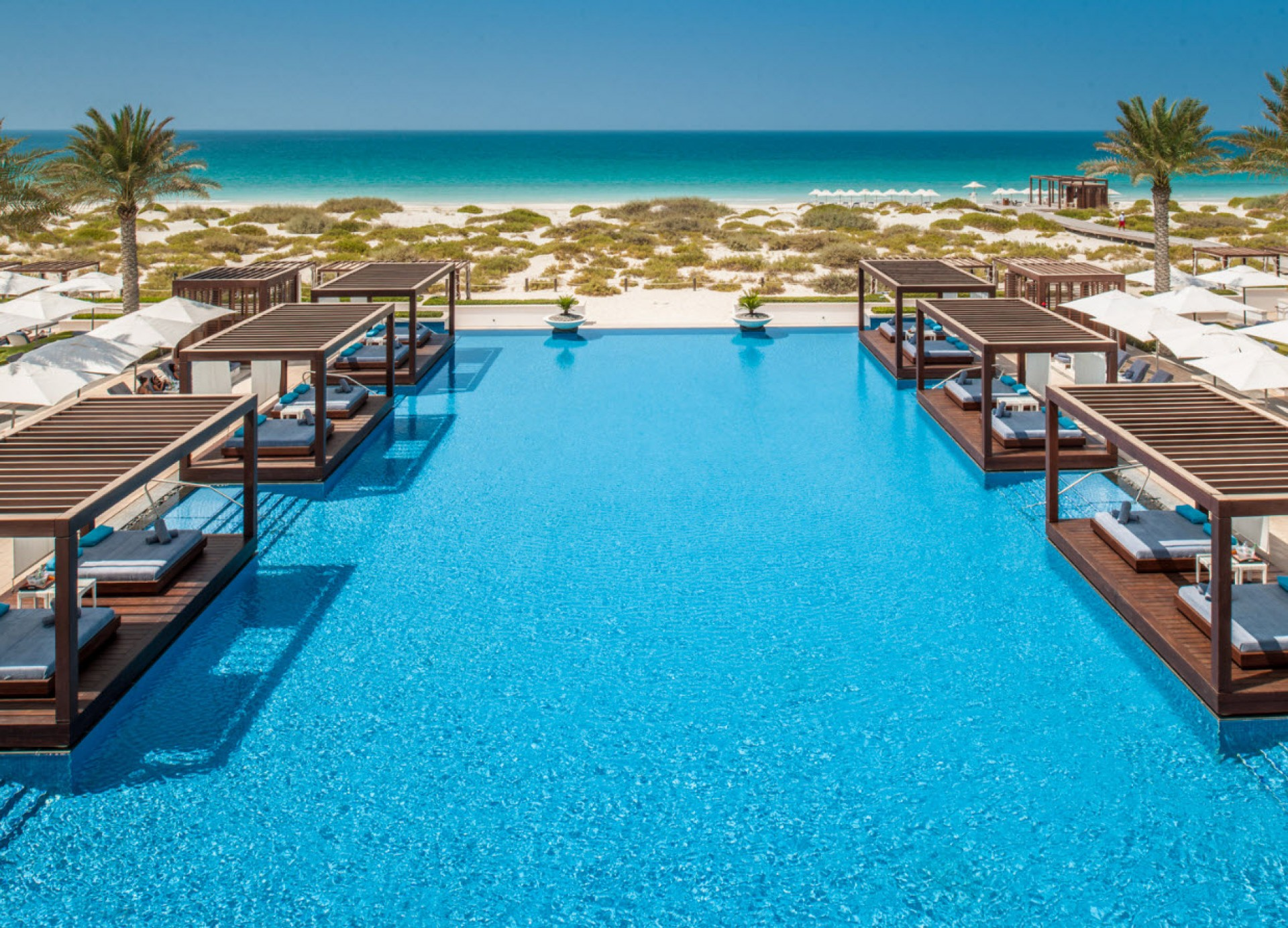 3 superbes beach clubs dubai et abu dhabi inspiration for Club piscine cabanon